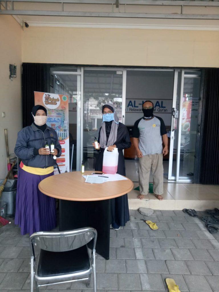 Pembagian Hand Sanitizer oleh LAZ al-Hilal Masih Berlanjut 6