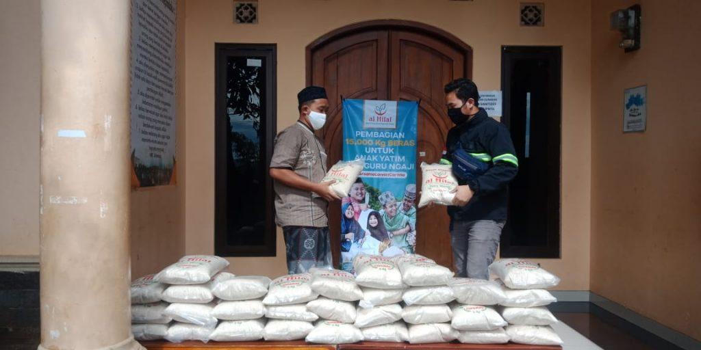 Pembagian 15.000 kg Beras Untuk Anak Yatim Dan Guru Ngaji Di pondok pesantren Cibiru 1