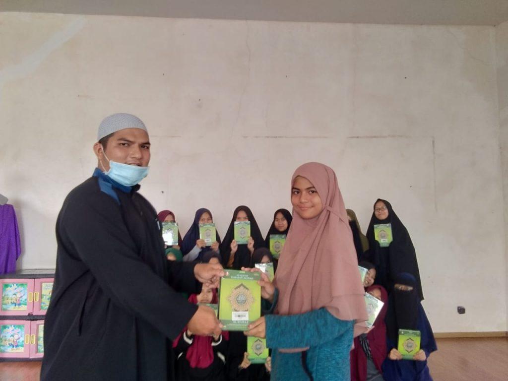 Wakaf Qur'an Untuk Pesantren Al Huda dan Bustanul Arifin 2