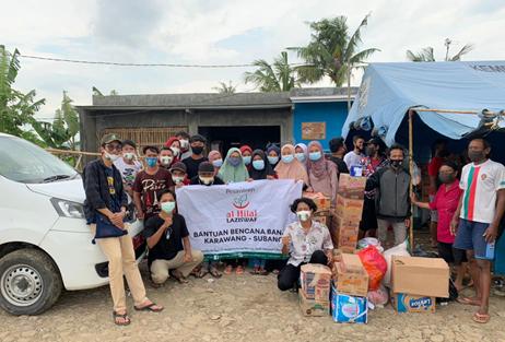 Potret Relawan Al-Hilal Memberikan Bantuan Kepada Korban Bencana Banjir