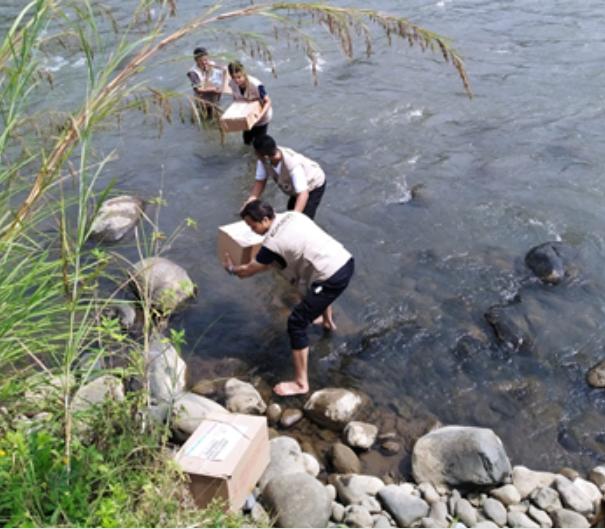 Melewati Sungai Hingga Jalan Terjal, Hari Kedua Penyaluran Wakaf Quran Siap Disalurkan 1