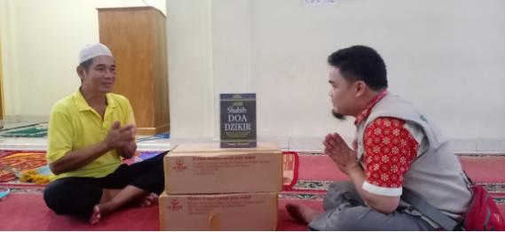 "Kebahagiaan Warga dan Jamaah Masjid di Wilayah Cikelet Menerima Wakaf Quran ""Nuzulul Quran Ramadhan"" 2"