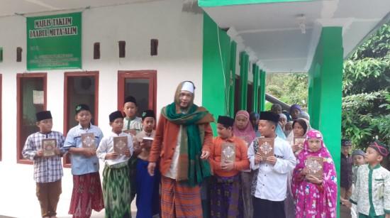Sebar Wakaf Quran untuk Santri Tahfidz Desa Bojongasih 1