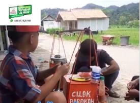 Peduli Pedagang Kecil, Komunitas Al Hilal Tasikmalaya Selatan Borong Dagangan Salah Satu Penjual Cilok 2