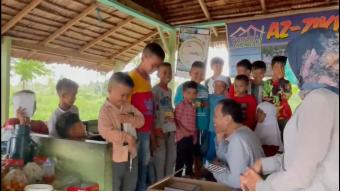 Kebahagiaan Santri Pondok Mengaji Az-Zikr Nagari Padang Pariaman Saat Menerima Wakaf Quran 3